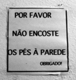 Por favor não encoste os pés à parede